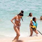 Patrícia Poeta mostra silhueta fininha de biquíni em praia no Rio