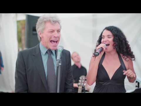 """Grisalho, Bon Jovi canta """"Livin' On A Prayer"""" em casamento. Veja o vídeo!"""