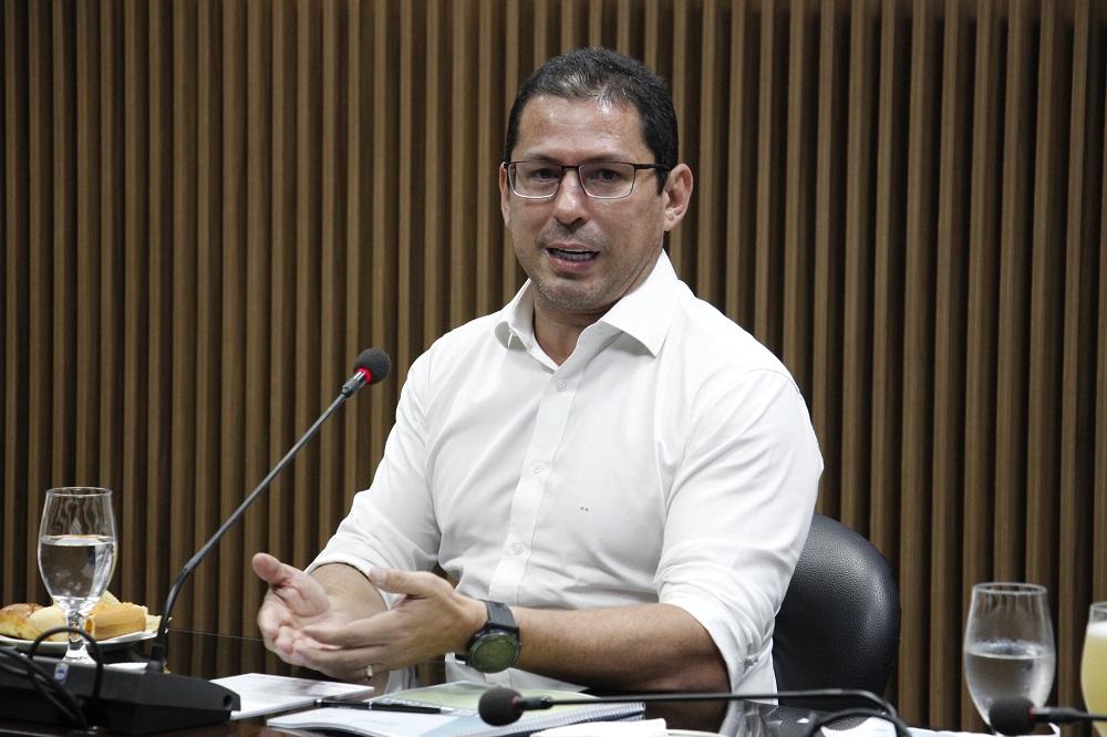 O deputado Marcelo Ramos recebeu um exemplar da Agenda Legislativa como representante da Camara dos Deputados