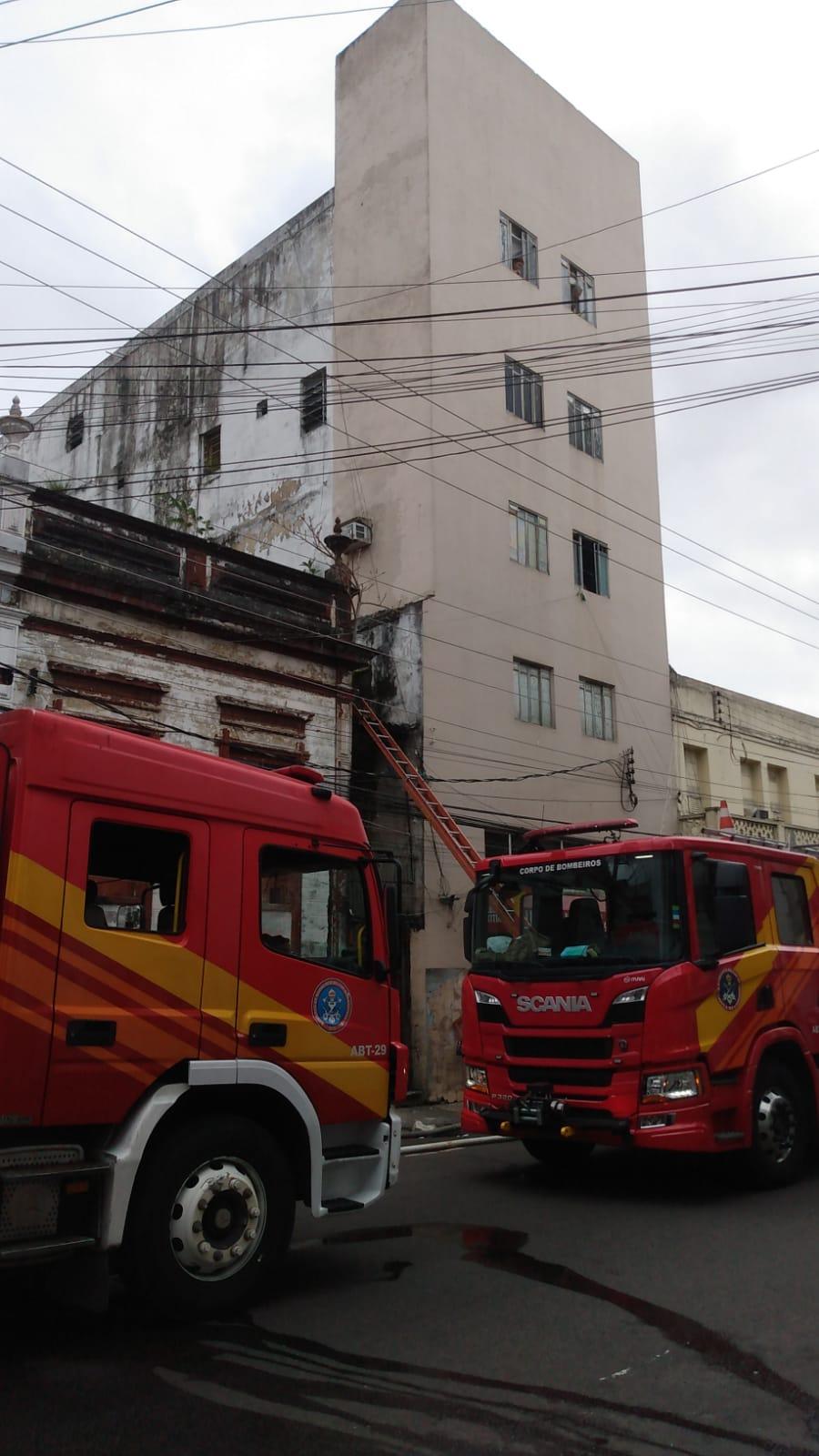 Vídeo: prédio no Centro de Manaus é atingido por incêndio neste sábado