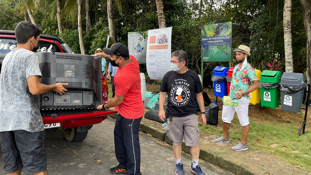 Ação ambiental durante o fim de semana coleta resíduos eletrônicos nas margens de igarapé