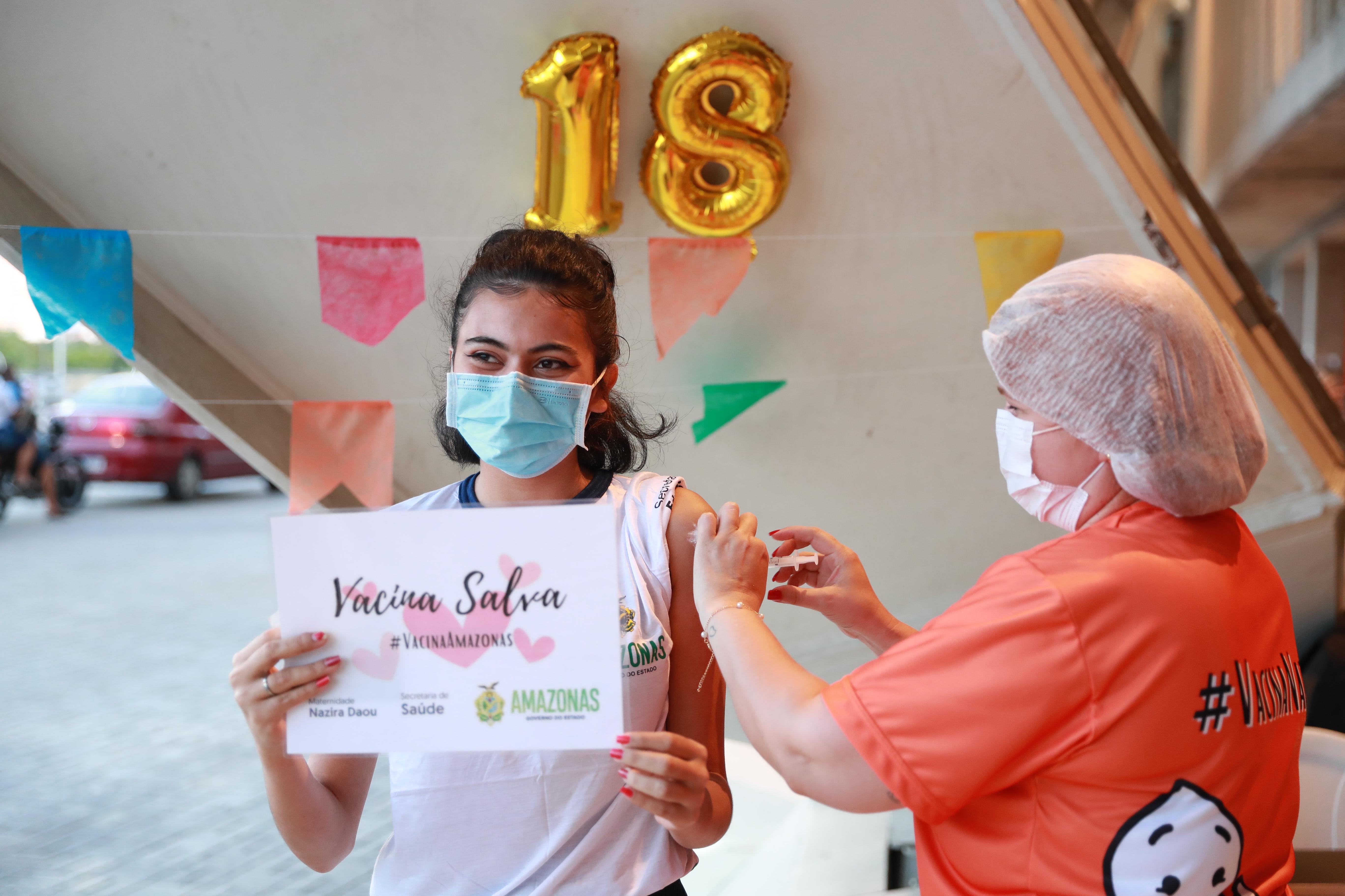 Da escola para o posto de vacinação: grupo de alunos da rede estadual recebe primeira dose da vacina contra Covid-19