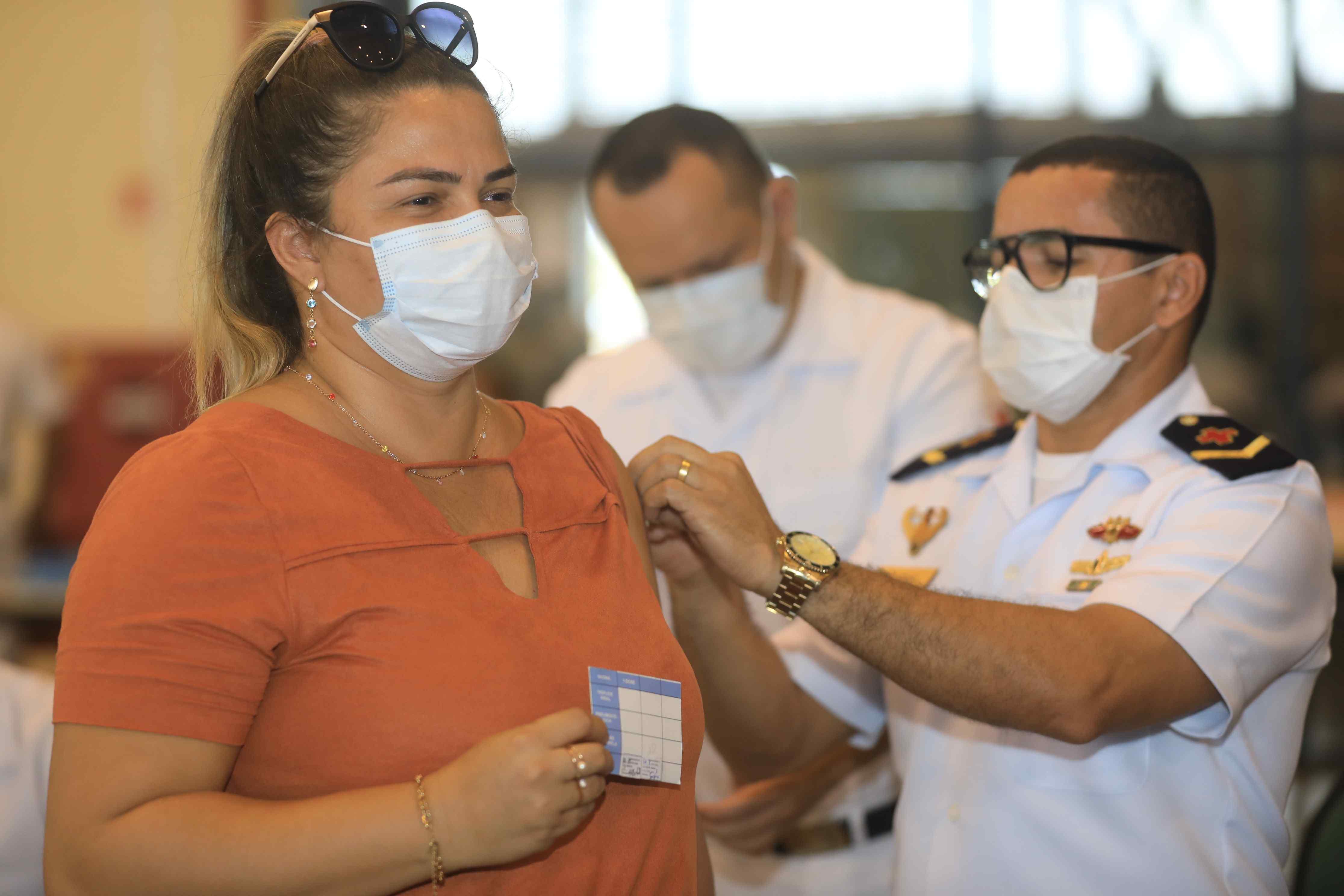 Após intensificação, trabalhadores da rede estadual começam a tomar 2ª dose da vacina contra Covid-19, em Manaus