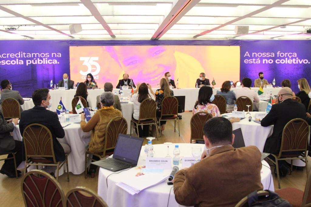 No Consed, secretária de Educação do AM discute o ensino público com representantes das redes estaduais do país