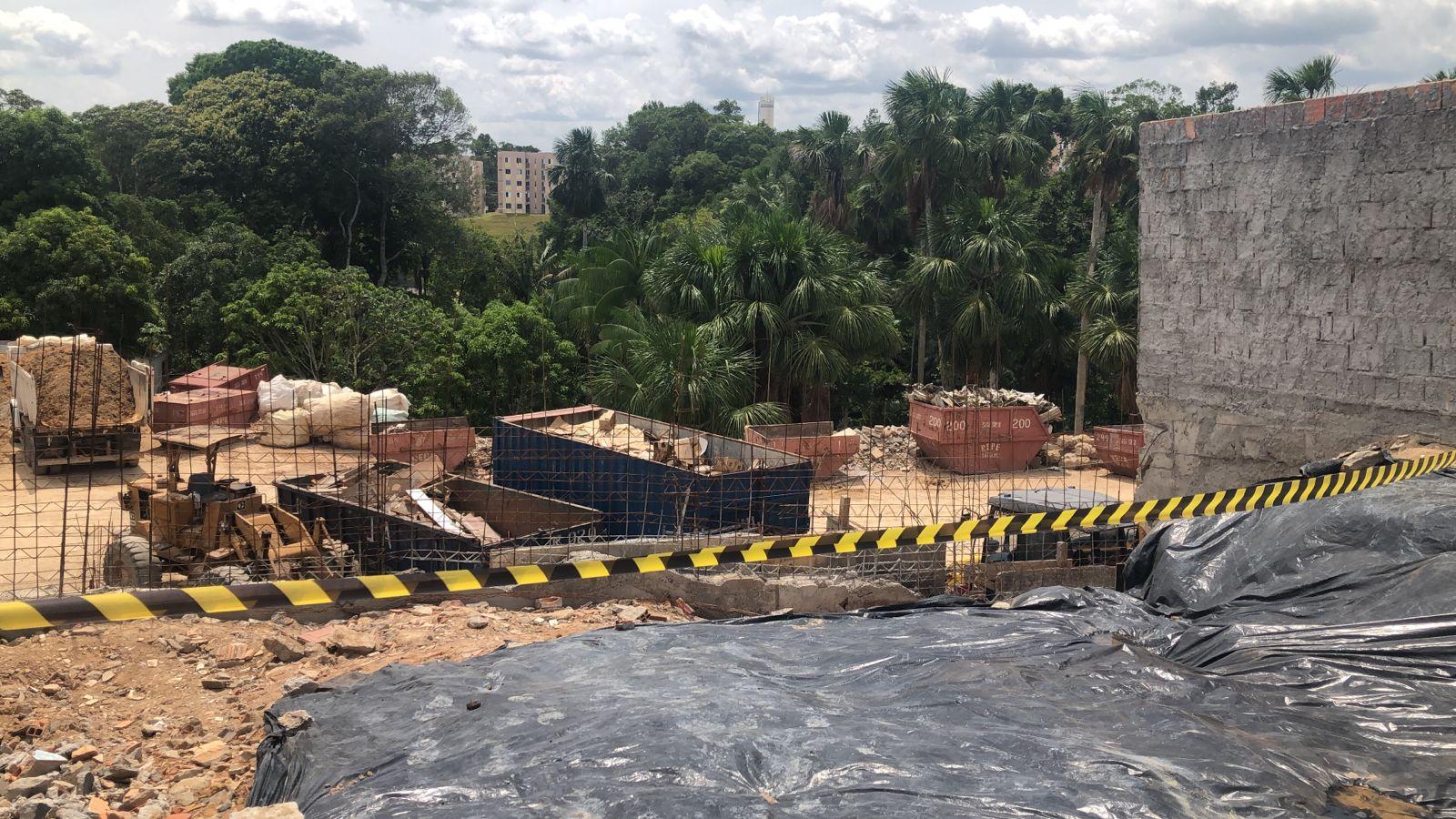Desmoronamento de terra deixa duas pessoas soterradas em bairro da zona Norte de Manaus